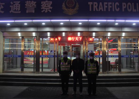 中年男子驾车出行 交警一查漏洞百出:竟然是在逃人员!
