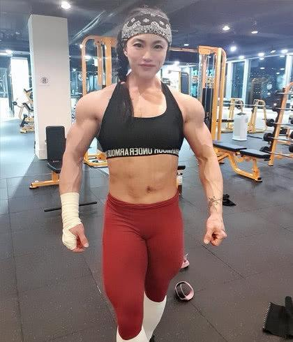 """「施瓦辛格」没吃药,鸡胸肉都论公斤吃,70公斤级""""肌肉女""""身材堪比施瓦辛格"""