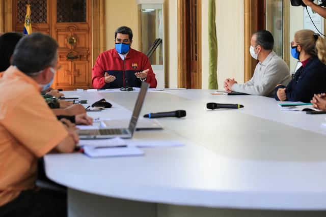 马杜罗戴口罩穿巴萨运动服,给工人发6个月工资,免还贷款6个月