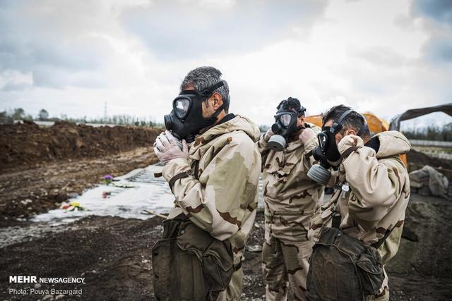 美国制裁阻碍伊朗抗疫?出动军队掩埋死者,墓坑简陋密密麻麻