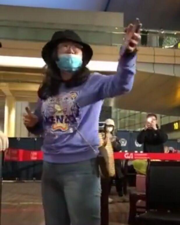 泰国回国女子大闹重庆机场 气势嚣张辱骂防疫人员令人发指