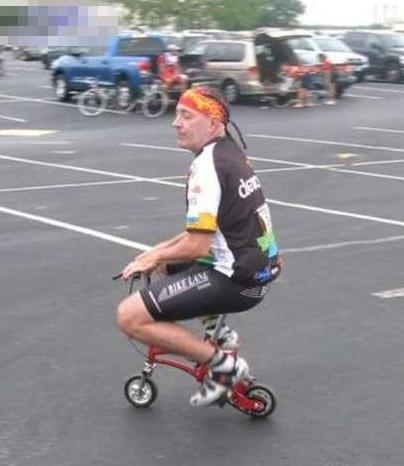 搞笑图片幽默段子笑话:老哥,这么小的自行车,骑着不难受啊?