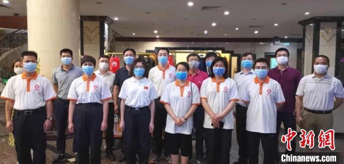 中国驻柬商务参赞和中国商会代表慰问援柬医疗专家