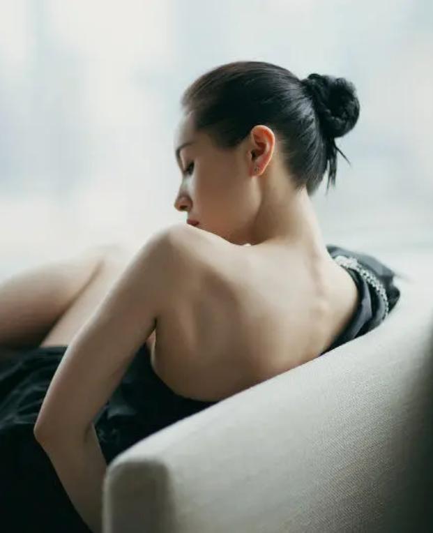 林丽莹■林丽莹曾扮空姐和吴尊约会,还一人独自拍婚纱照为不被人认出来