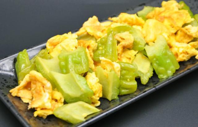 苦瓜炒蛋,会做的都能把苦味消除,依旧是美味的一道菜!