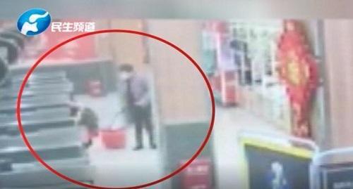 5岁女孩跟妈妈逛超市,突然浑身发抖尿裤子,背后原因令人愤怒