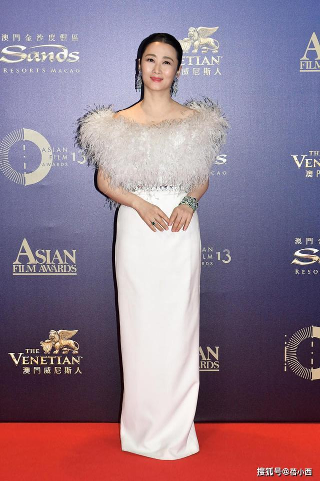 赵涛的优雅气质无敌了,穿白色羽毛连衣裙亮相,气质格外优雅