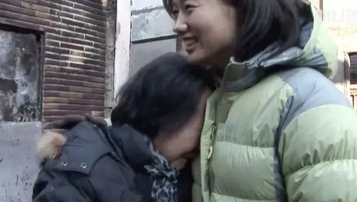 失去家人的老奶奶捡回一只流浪狗,没想到多年后被它救了命