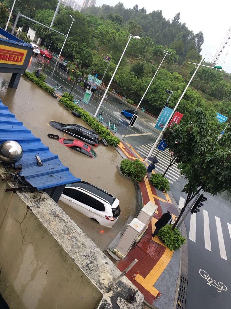 etam南宁强降雨致部分路段积水,居