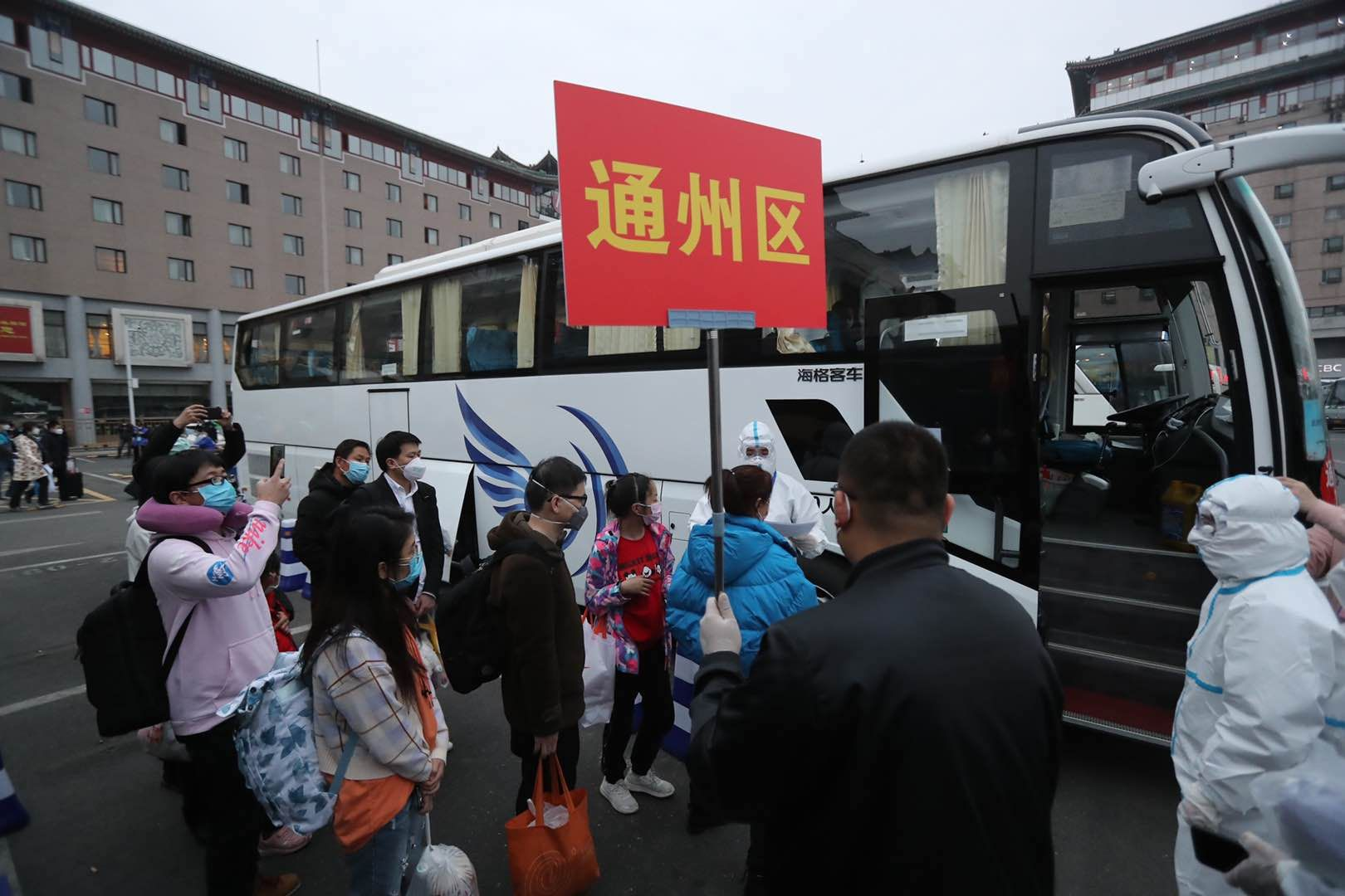 走专用通道、专车接站,首批滞留湖北人员今日乘火车抵京