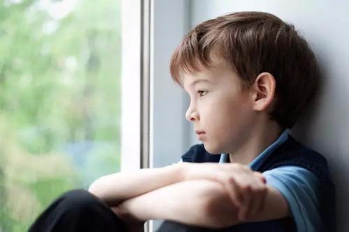 宝宝趴窗边一动不动的原因 宝宝的教育从何时开始?