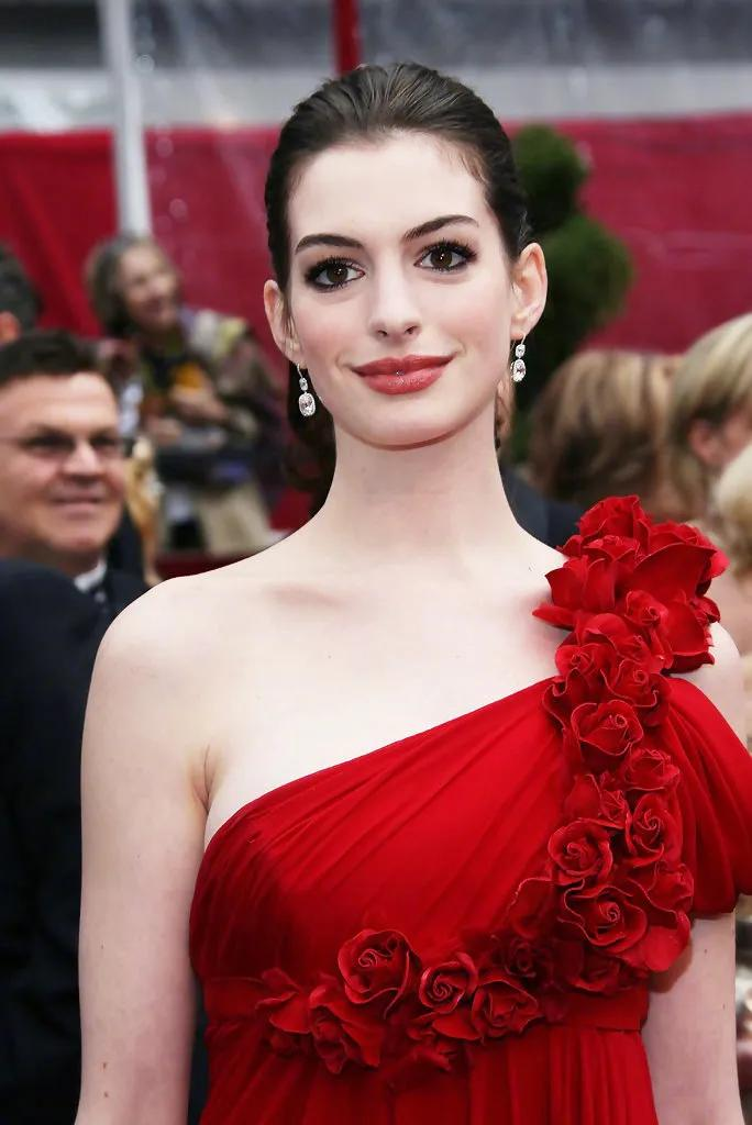 安妮海瑟薇太惊艳了!穿鲜红礼服秀美肩,肌肤雪白,美得太不真实