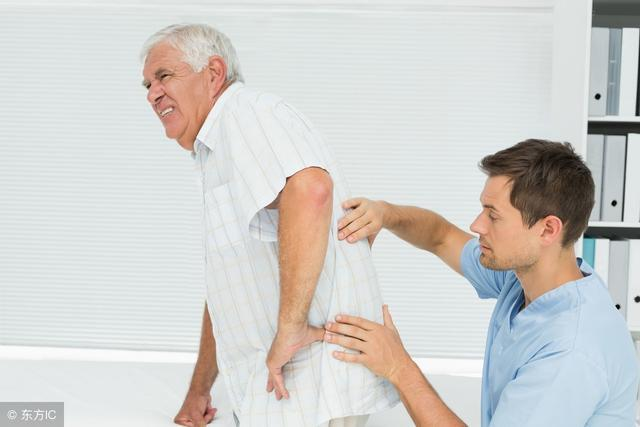 一位得了强直性脊柱炎的男人
