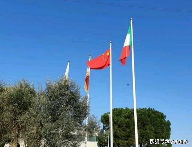 患难见真情 意大利人降下欧盟旗帜 挂起中国和俄罗斯国旗