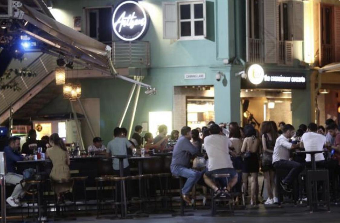 新加坡关闭娱乐场所前出现聚众消费招致大量谴责