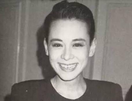 15岁风靡日本21岁嫁富豪,38岁染艾滋41岁去世,她的经历比戏精彩