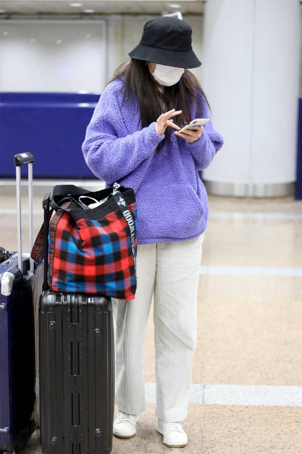 「紫卫衣」紫卫衣搭白裤显青春范,容貌气质不输章子怡,44岁曾黎私服好清新