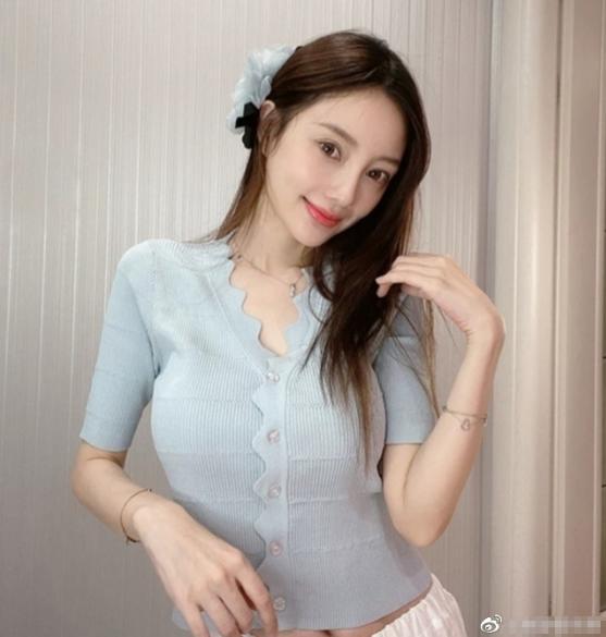 李小璐晒视频示爱,陪伴女儿,追寻真爱,活出了自我
