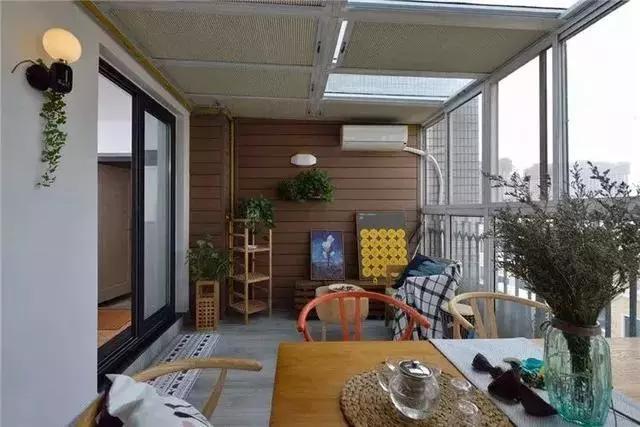 买别人不要的80平顶楼被人嘲笑,把阳台改花园餐厅,天天有人串门