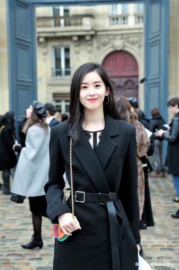 刘强东娇妻章泽天成熟了不少,穿黑色大衣气质干练,有女强人风范