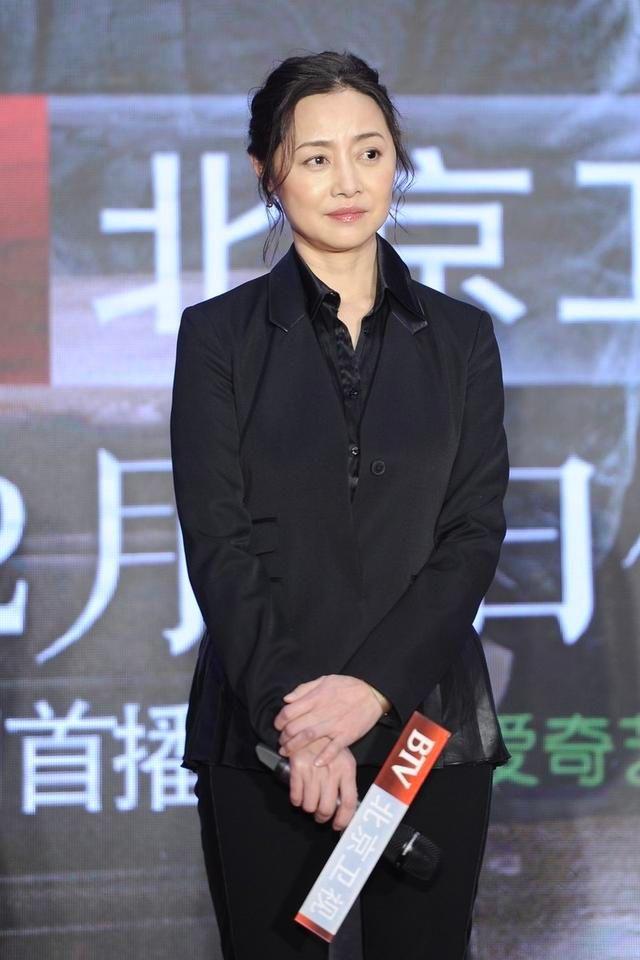 原创刘蓓衰老痕迹明显,红色平底鞋搭配西装,典型的中年妇女形象!