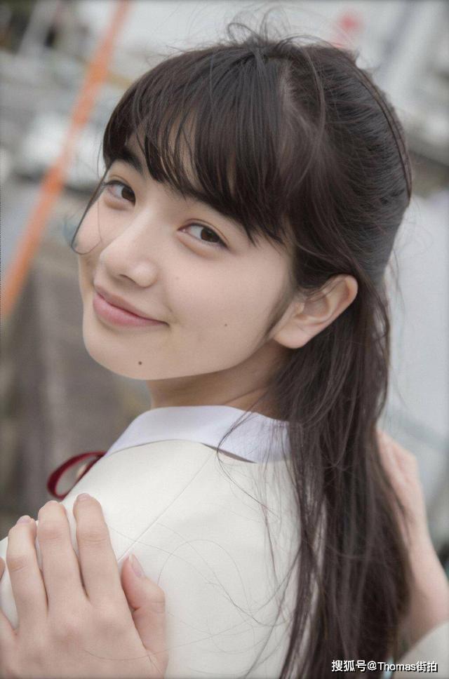 小松菜奈时尚校服穿搭,清纯面孔与笑容,如放学后的气质中学女孩图片