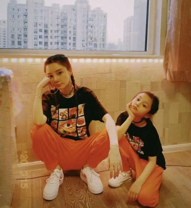 李小璐和女儿穿同款衣服,颇像是一对姐妹花,十分养眼