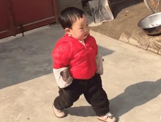 """2岁宝宝成了""""蹭吃专业户"""",双手插裤兜,""""潇洒""""串门笑翻网友"""