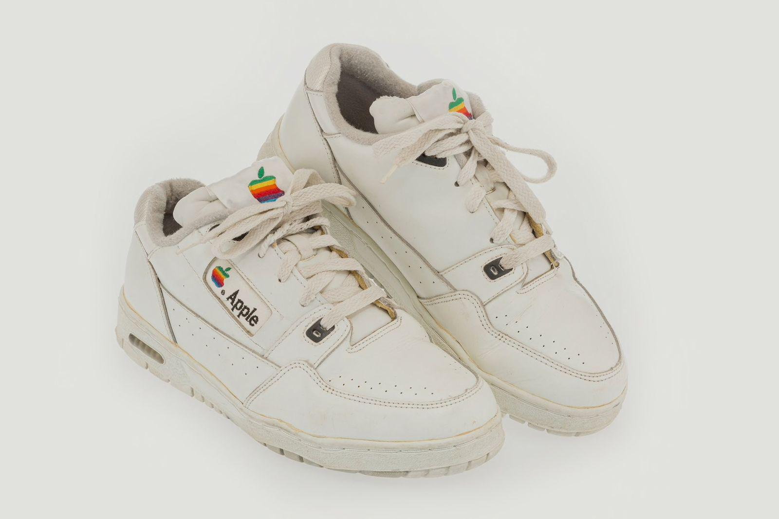 一双罕见的苹果运动鞋以近1万美元售出