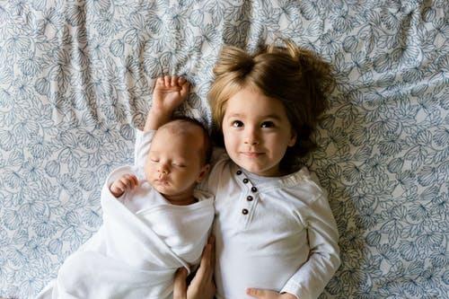 1岁以下的宝宝总是爱摇头,可能有这3种病理原因和5种非病理原因