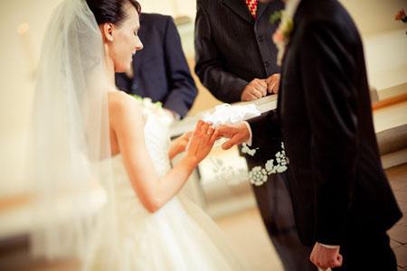 八字姐弟恋:离婚后常遇年龄小的男生,婚姻该如何选择,会幸福吗