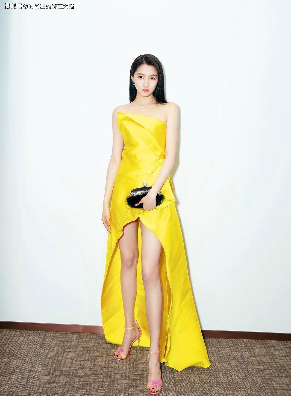 淡黄长裙蓬松头发可不是梗!学关晓彤娜扎这样穿,轻松就能美出圈