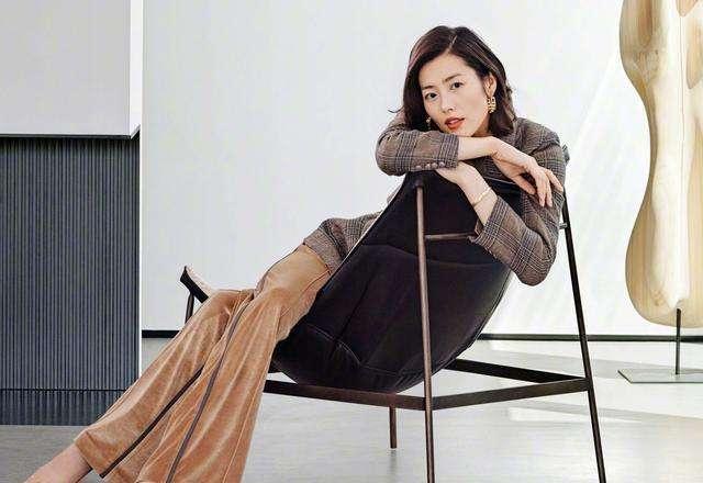超模刘雯示范西装穿搭,职场混搭运动风,英姿飒爽展现完美比例