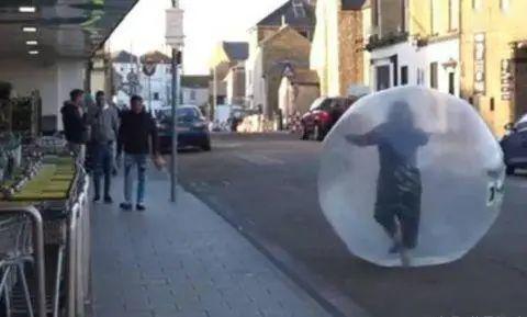 英国女子进充气球一路滚进超市