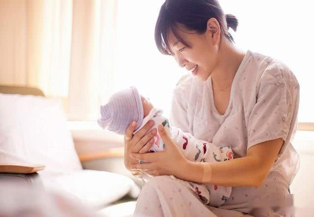 """产妇身上味道能把人""""熏晕""""?产后能不能洗澡,老一辈说法别全听"""
