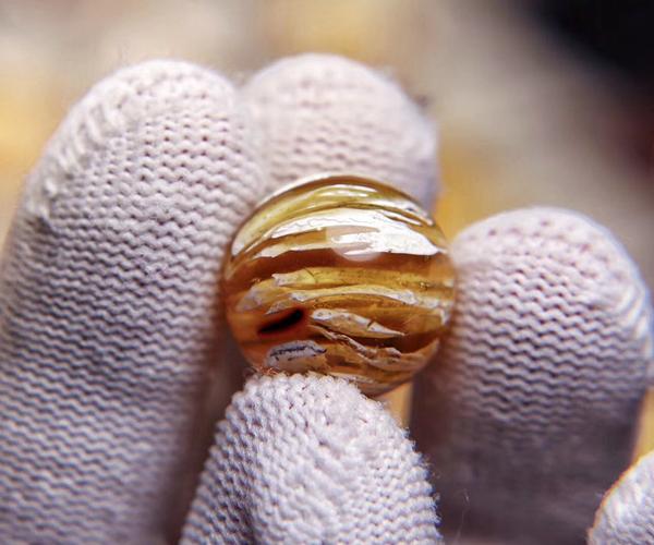 带假的蜜蜡对人体有害吗?来看看假的是什么做的就知道了 -第10张图片