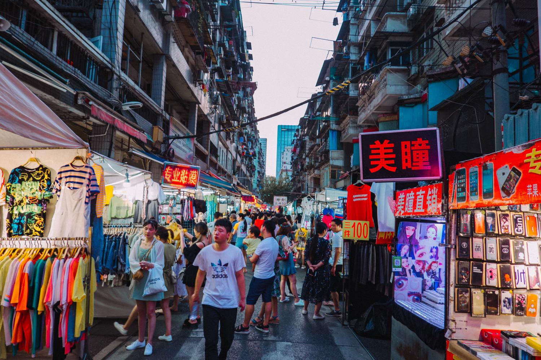 原创             实拍武汉夜市:城市人文朝气蓬勃,但这样的夜市越来越少见