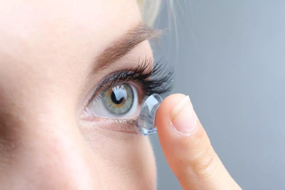 美国眼科学会:新冠疫情期间不要戴隐形眼镜