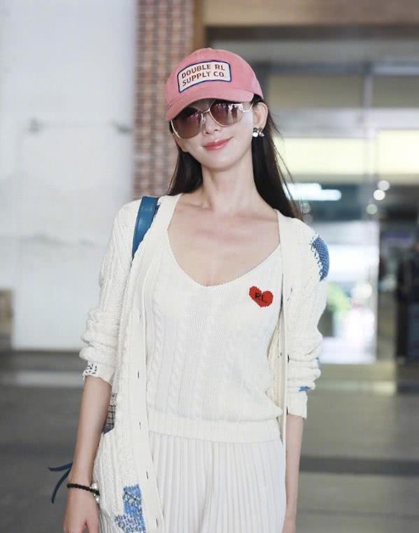 林志玲这样穿好减龄,长款马甲配牛仔裤,戴白色贝雷帽带领新时尚图片