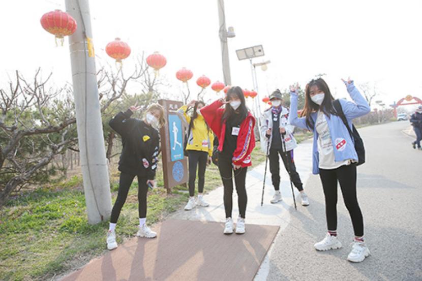 """校花校草直播徒步穿越12公里  上演""""教科书级别防疫"""""""