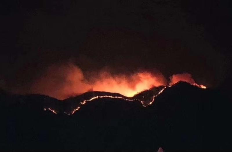 四川木里山火烧一天仍未扑灭 一年前30烈士在此救火牺牲