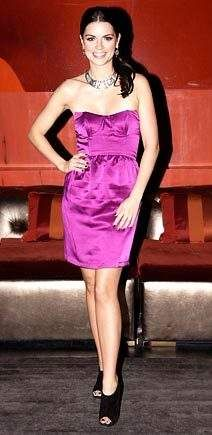 原创凯蒂·贝尔穿黑色紧身裤配粉色上衣出街,身体曲线异常迷人
