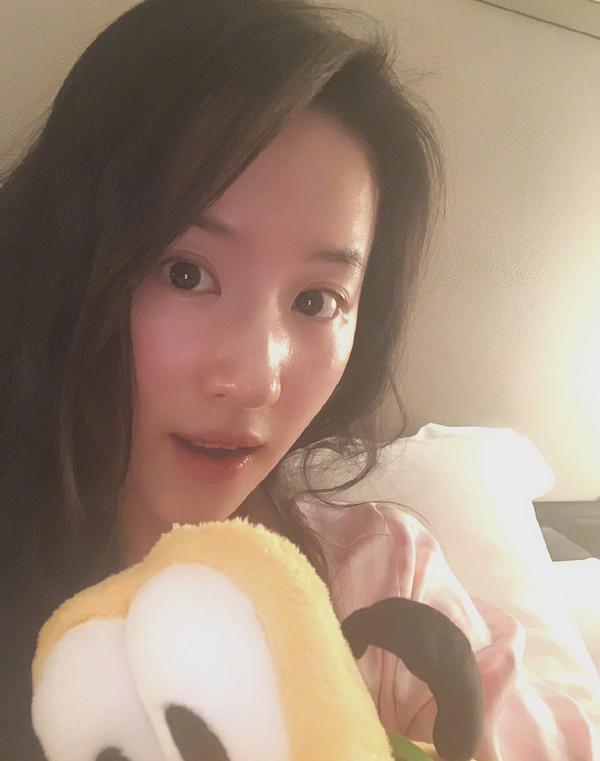 漂亮姐姐实锤!刘亦菲晒居家美照素颜出镜,皮肤嫩得像18岁少女