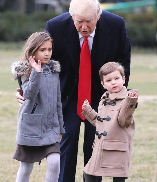 特朗普14岁儿子真帅,身高直逼2米,看到他外孙颜值后我才真服
