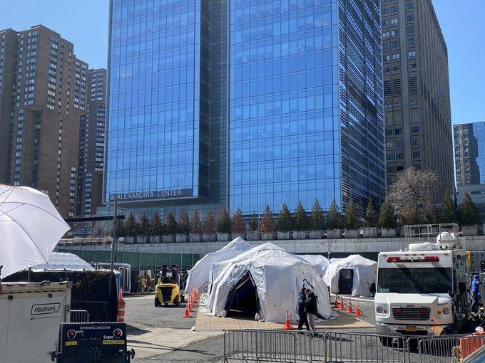 纽约停尸房告急,联邦政府调派85辆冷藏车