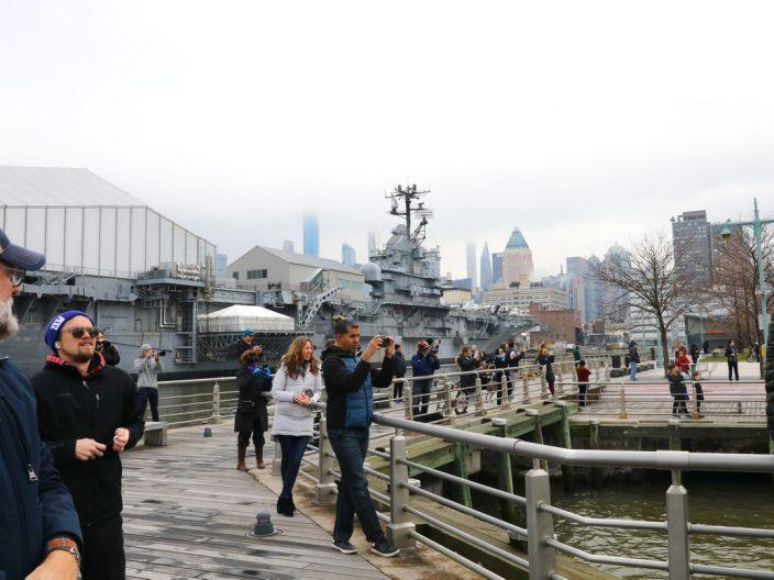 纽约居民组团参观海军医疗船靠港 被警察驱散
