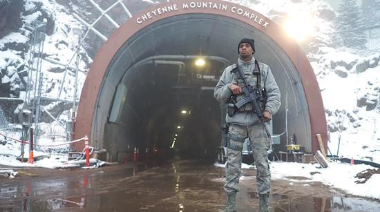 美军有人确诊死亡,紧急躲进地下600米堡垒!可防核弹饱和攻击