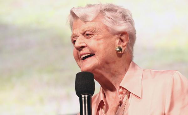 95岁的高龄依然如此从容,她用一生诠释着优雅与亲和