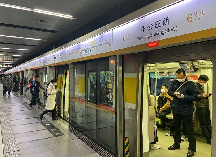 """北京地铁超强运行 9条线路最小运行间隔""""跑进""""2分钟"""