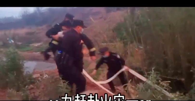 """四川西昌山火致救援者伤亡!当地民警逆火前行""""没水枪就地取材"""""""